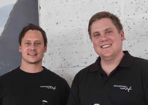 NYTT: Barndomskompisane Rune Nesheim (f.v) og Even Halås Søreide frå Høyanger lanserer sitt eige ølmerke. – Vi håper kundane vil like det, seier dei.