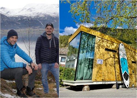 LANDSBYHYTTA: Olav Aabrekk (t.v.) og Marius Tenden har no fått opp den første av dei flyttbare hyttene. Denne er plassert midt i Sandane sentrum.