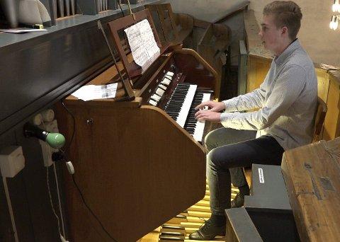 TIL TRONDHEIM: Fredrik André Olsen fra Hvaler spilte orgel så flott at han fikk billett til Trondheim.Foto: PRIVAT