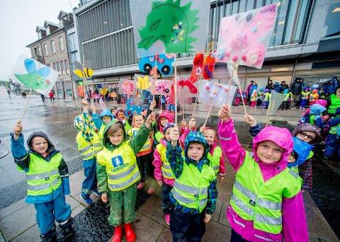 UT PÅ TUR: Gaustadgrenda barnehage var en av barnehagene som deltok i paraden gjennom sentrum onsdag formiddag.
