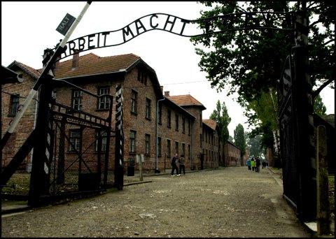 """Auschwitz, Polen 20010901: Konsentrasjonsleiren Auschwitz fra 2. verdenskrig. """"Arbeit Macht Frei"""" står det over porten som fører inn til konsentrasjonsleiren. Foto: Tor Richardsen / SCANPIX"""