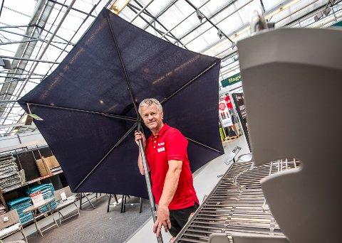 Gunnar Morgan Eriksen hos Plantasjen har knapt parasoller igjen. – Vi har solgt mye utstyr til verandaen denne sommeren, sier han.