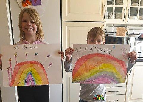 UNGE KUNSTNERE: Isabel Fineide (9) og lillebror Adrian (7) fra Torp er blant barna som har malt fargerike regnbuer for å spre håp under koronakrisen.