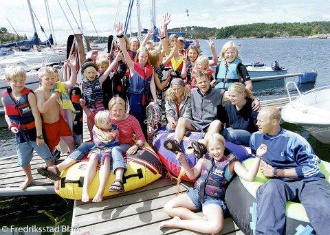 Fredrikstad Seilforening har arrangert seilskole i Hankøsundet for 65 barn. Frode Jerstad (litt til høyre for midten) og de andre lederne var fornøyde med deltagernes innsats.  Fotograf: Trond Thorvaldsen TattDato: 20000707