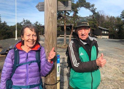 Louise og Jan Georg Karlsen gir seg ikke før alle stolper og tur-o-poster i Fredrikstad er besøkt. På tur mandag måtte de bortom for å titte på en av stolpene som kan jaktes på fra palmelørdag.