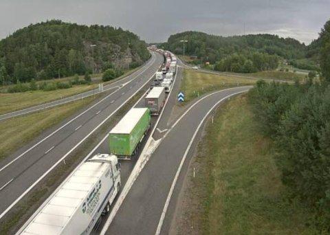 LANGE KØER: Nå er yrkessjåførene lei av køen. De står i samme kø som personbilene med grensehandlere.