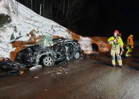 Slik så personbilen ut etter møtet med den utenlandske semitraileren på E10 i Bjerkvik fredag. Tre personer er hardt, men ikke livstruende skadet etter ulykken.