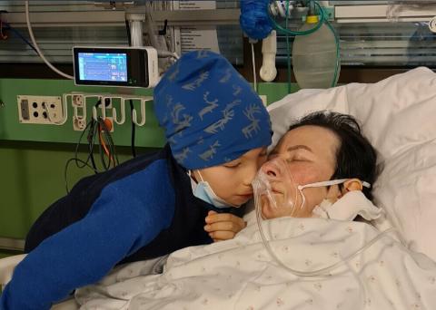 MAMMAKOS: Yngstesønnen Máhtte Sara koste med sin syke mamma, som lå i sykesenga og fikk oksygen. I sommer mistet Máhtte og de fire søsknene hans sin mamma til kreften.