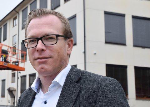 SIER JA: Stian Hauenschild sier mye tyder på bred politisk enighet om å støtte Strandparken vel på møtet i kveld.