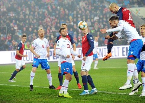 Her ser Rogvi Baldvinsson Tore Reginiussen stange Norge inn i en 1-0 ledelse i fredagens EM–kvalifiseringskamp.