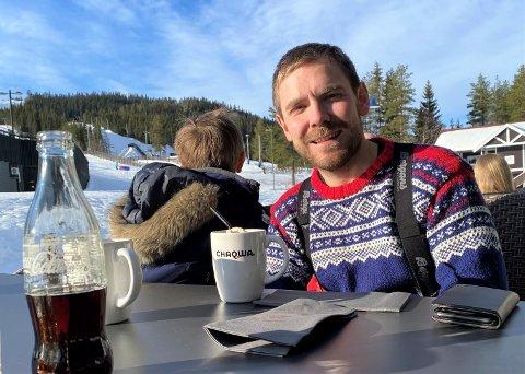 Tom Kalsås har for tiden et vinterferieavbrekk fra den ellers så travle hverdagen som politiker og småbarnsfar. Neste uke skal han igjen vikariere på Stortinget.