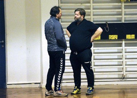 Jan Ottosen (til høyre) er trener for Nærbø sitt damelag og har igjen måtte se to unge talenter forsvinne til Ålgård. Her sammen med Rune Haugseng under en A-lagstrening under fjoråret.
