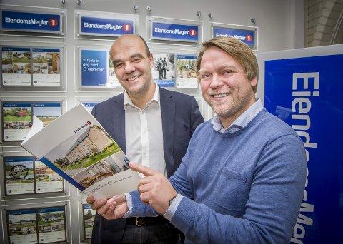 SAMARBEIDER: KOBBL legger ned KOBBL Eiendom og overfører driften til EiendomsMegler 1. Odd Henning Dypvik (t.v.) og Raymond Øverby er godt fornøyde med samarbeidsavtalen som er inngått.