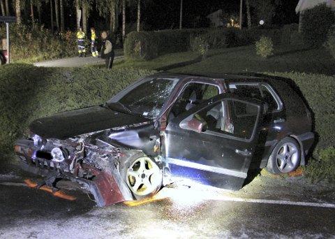 SMELL: Personbilen fikk kraftig medfart etter å ha kjørt inn i vogntogtilhengeren.FOTO: SIGMUND FOSSEN