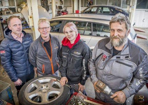 Fortsetter: Hans Petter Løkken, fra venstre, eier Langeland Autocenter AS og driver Circle K stasjonen, mens Svein Terje Holm har overtatt verksted delen. Natasja Kristiansen og Trond Mæhre, lengst til høyre, arbeider nå for Glåmdal Auto-Rep AS.