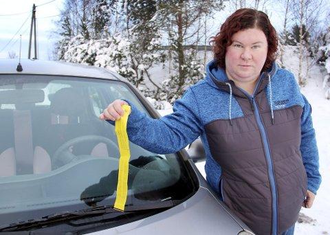 FEIL BOT: Denne bota lå i frontruta på bilen til Line Cecilie Jensen. Hun ser ingen annen forklaring enn at den er lagt på hennes bil i håp om at hun skulle betale den.FOTO: SIGMUND FOSSEN