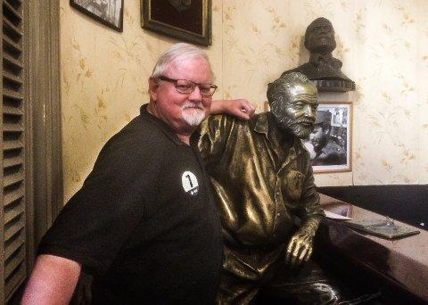 Arne Huse i Hemingways fotspor på bar i havana. I bakgrunnen - bilde av Fidel Castro.