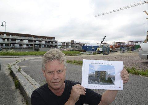 NOK EN BLOKK: DAglig leder i Solør Hus, Øystein Aurland, med en skisse av den nye blokka som kommer på den grønne plassen i bakgrunnen. Lengst bak en ferdig innflyttet blokk, enda en kommer til høyre for denne, og enda lenger til høyre reiser kommunens nye omsorgssenter seg.Sverre Viggen