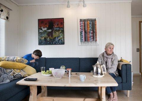 Helga Drange (39) har bygget seg en mur i sofaen ved Mildevegen bofelleskap. Det siste året har autistiske Helga blitt sykere. Moren Randi Drange bønnfaller nå kommunen om å reversere turnusen, men blir ikke hørt. FOTO: SKJALG EKELAND