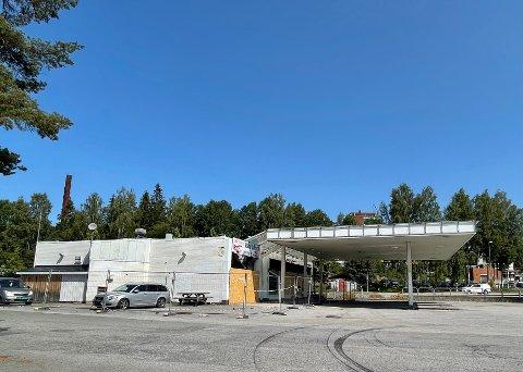 VENTER: Det skjer foreløpig ikke noe på Shell-tomta ved Gjemselund. Gårdeier Eiendom Øst venter på at forsikringssaken skal bli ferdig. Det opplyser daglig leder Kristoffer Haugenes.