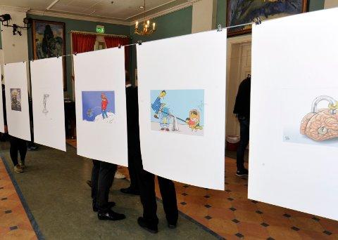 Karikaturtegninger fra 28 forskjellige syriske tegnere henger i disse dager i Kulturhuset Banken.