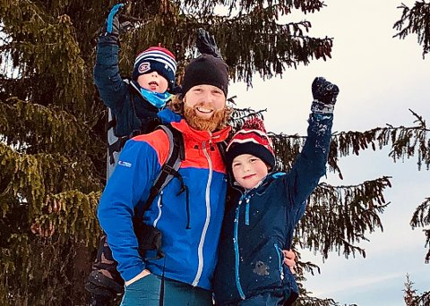 Anders Løkken og sønnene Oliver og Helmer er på nye turer hver eneste dag. Ute gjør eldstemann lekser.