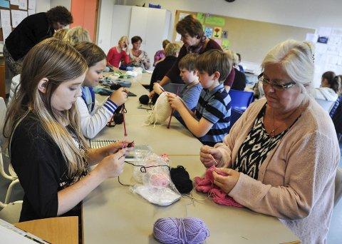 NYTT ARBEID: Alexandra Kehlet fikk hjelp av farmor Reidun Kehlet til å legge opp nytt strikketøy.