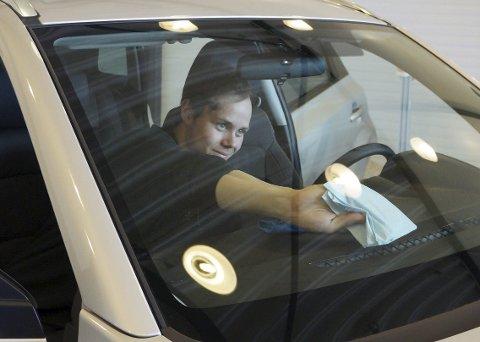 HALV DAGS JOBB: Det tar en halv arbeidsdag for fulltidsansatte David Kvernevik å klargjøre en nybil for salg.