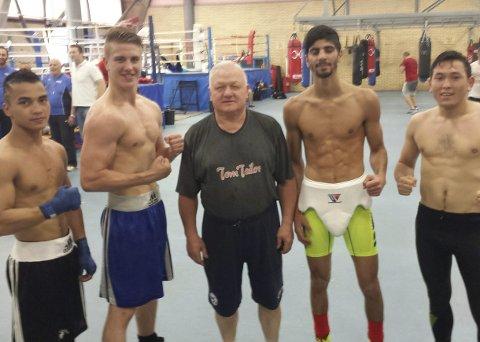 STERKE MENN: Bernard Angelo Torres (til venstre) og norske landslagsboksere sammen med legendariske Vasiliy Filimonov som ledet treningene under samlingen i Italia.