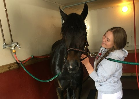BLE SKREMT: Marthe Braastad (19) sammen med Braastad Gullet (5). Hesten ble skremt da de møtte en bil og Marthe ble kastet i asfalten.