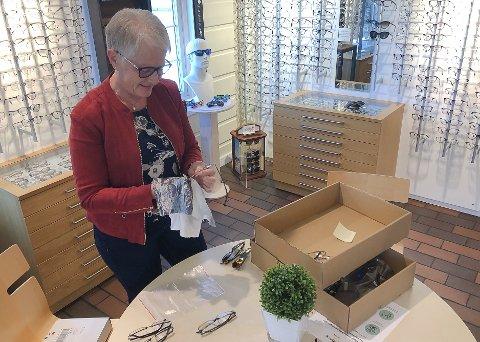 BRILLEPUSS: Når kunder har prøvd mange innfatninger blir det også lengre tid å bruke for Kari Høibybråten med rensing og pussing.