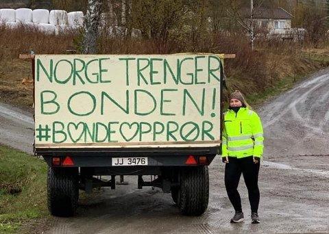 MARKERING: Karoline Gjærviken har plassert denne beskjeden i innkjørselen til gården i Nordre Brandbu.