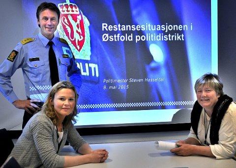 GAMLE SAKER: Politimester Steven Hasseldal, tillitsvalgt for politijuristene, Anette Steen (t.v.), og påtaleleder Unni Lineikro kan glede seg over gode tall for Østfold-politiet.