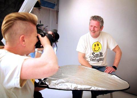 SMIL!: Fotograf Vibeke Havenstrøm trenger ikke jobbe hardt for å lokke fram smilet til Tom Andreassen i Hand2Hand. Nå håper de mange haldensere finner veien ned til Havenstrøm Fotografene på onsdag ettermiddag i mai.