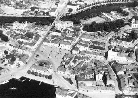 FØR BYBRUA: Sentrum på Sydsiden omkring 1950. I den omfattende saneringen forsvant bygninger som Ekebergs hotell (senere Savoy og Cafe Nordby), Folkets Hus, Schlyttergården og Hundregården som på forskjellig vis hadde satt sitt preg på bydelen. Mye historie var knyttet til store deler av den gamle bebyggelsen som ble borte.