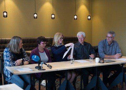 SIGNATUR: Rikke Torgersen (Miljøpartiet De Grønne), Live Giset (Venstre), Jane Meyer (Høyre), Einar Busterud (BBL), Ivar Skramstad (Senterpartiet) signerer «Gravdahl-Astoria-erklæringen».Jo E. Brenden