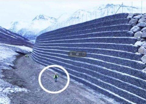 Massiv: Skredvollen i Freimslia vil være 285 meter lang og 4–11 meter i høyde over eksisterende terreng. På bildet ser vi en såkalt løsmassefylling med plastringsfront av gabioner. – Selve vollplasseringen med tilhørende avrenningsgrøfter vil beslaglegge nesten 20.000 kvadratmeter areal, opplyser avdelingsingeniør Eirik Lia.  illustrasjonsfoto: Norconsult