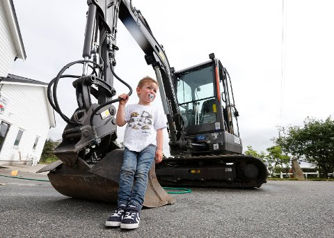 «LÆRLING»: Leo Stol fikk sin helt egen gravemaskin i mai. Nå har han hatt sin første planeringsjobb.