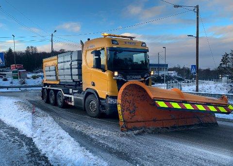 VINTERENS NATTEVAKTER: Mens du sov, har kommunens folk vært ute for å gjøre veiene klare for en ny vinterdag.