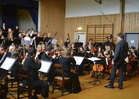 Toppensymfonikere: Dirigent Nicholas Charty dirigerte symfonikerne med stor innlevelse og dyktighet.