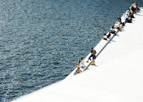 ØKER: Folk nyter finværet ved fjorden på taket av Operahuset i Oslo i sommer. Andre storbyer i Europa sliter med terrorfrykt.Foto:Vegard Wivestad Grøtt / NTB scanpix