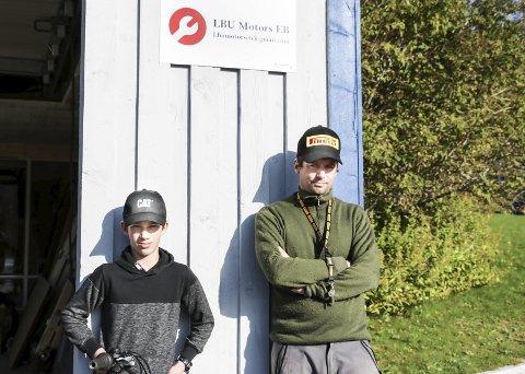 Ny bedrift: I den nye elevbedriften LBU Motors AB i Leirfjord er Alexander Sandaker (12) avdelingsmekaniker, mens lærer Jørgen Nilsen er mekanikerlærling. Alexander er autist med Aspbergers syndrom, og er opptatt av motorer. Fredag har de offisiell åpning i den gamle brannstasjonen på Leland.