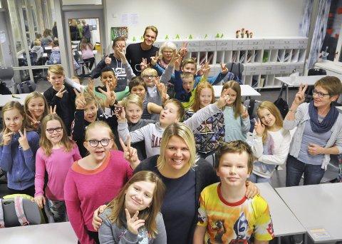GÅR FOR REKORD: Olderskog skole endrer skolestart til klokka 07:00 på fredag, og hele skolen skal gå i fakkeltog til Sjøgata for å delta på verdensrekordforsøket i grøtfrokost. Foran fra venstre: Victoria Svenning, Trine Bukten og Birk Aakervik.