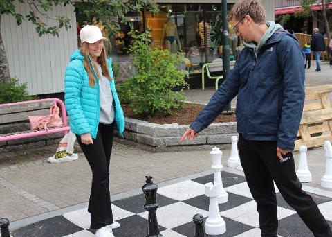 VENTETID: Maia og Sondre bruker ventetida i Mosjøen til å ta et parti sjakk på torget.