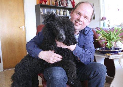 GODE VENNER: Gustav Koi er opptatt av at de rundt ham skal ha det bra, så også de tre hundene han og kona har i hus. Her ser vi den største, nemlig kongepuddelen Cha Lana.