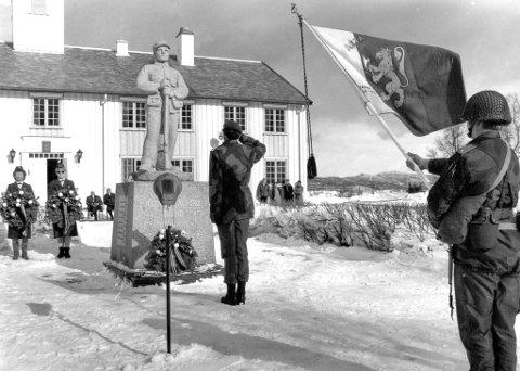 NASJONALSKATT: Ærverdige Altagård er som en nasjonalskatt å regne i både Alta og Finnmark for øvrig. Det var her verdenskjente, og ikke minst, beryktede Alta bataljon i sin tid holdt til. Bildet er tatt under markeringen av invasjonen av Norge,  9. april 1990.  Det er ikke hovedbygningen som skal selges.