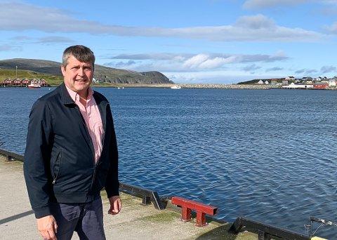 PÅ BEFARING: Etter å ha vært i Mehamn (bildet) og sett på havneforholdene, er stortingsrepresentant Bengt Rune Strifeldt helt enig i at det er stort behov for mudring.