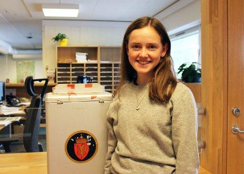 – Det er litt vanskelig å finne ut hva de ulike partiene står for, sier Anna Hammer Melby fra Hemnes som er en av 423 førstegangsvelgere i Aurskog-Høland. Begge foto: Alette Eldøy