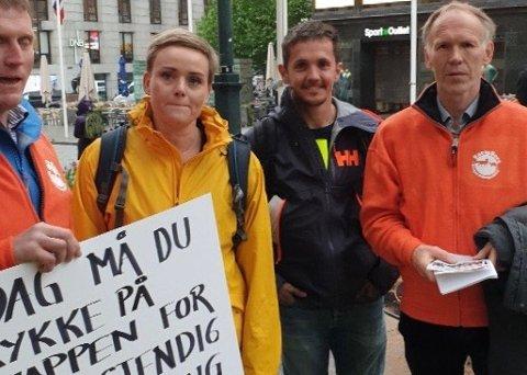 I OSLO: Frå venstre: Knut Åge Gjersdal, leiar i Søre Hå Bondelag, stortingsrepresentant Margret Hagerup (H), minkoppdrettar Vegard Qvalbein og Bertran Trane Skadsem, leiar i Norges Pelsdyralslag.