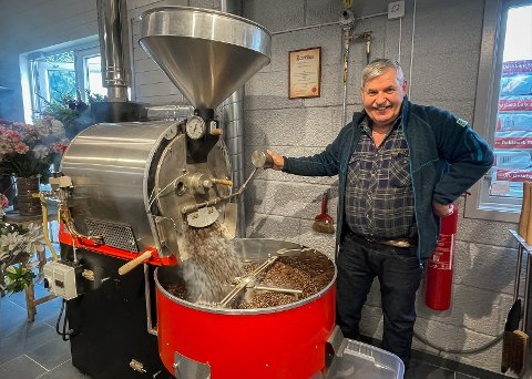 FRA PLANTEKONGE TIL KAFFIKONGE: Egil Horpestad driver Horpestad plantesalg. Han brenner flere kilo kaffi i uken, og folk kommer helt fra Stavanger for å kjøpe kaffien hans.